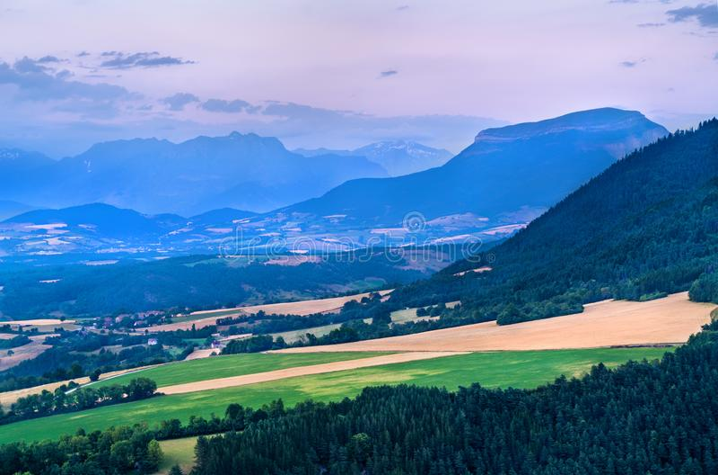 Взгляд французских Альп на заходе солнца летом стоковое фото rf