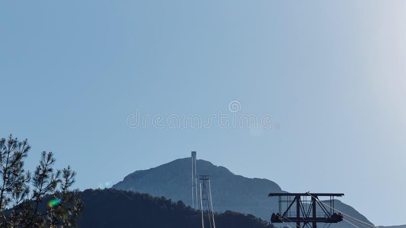 Взгляд фуникулера водя к верхней части горы стоковая фотография