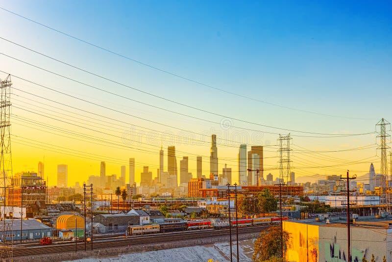 Взгляд центра города ЛА в вечере, перед временем захода солнца стоковая фотография rf