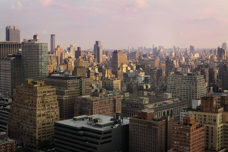 Взгляд центра города Манхаттана на заходе солнца Панорама небоскребов Нью-Йорка, Манхаттана стоковые изображения