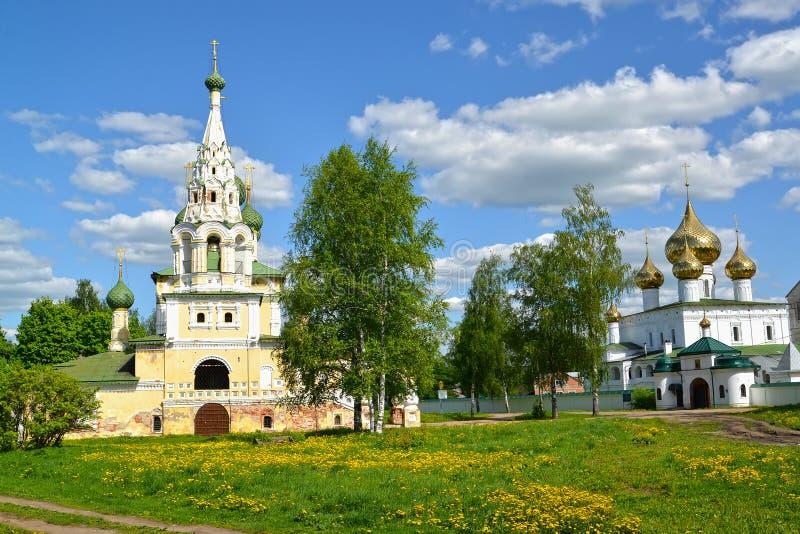 Взгляд церков рождества Джона предшественник на Волге и соборе воскресения в летнем дне Uglich, зона Yaroslavl стоковая фотография rf
