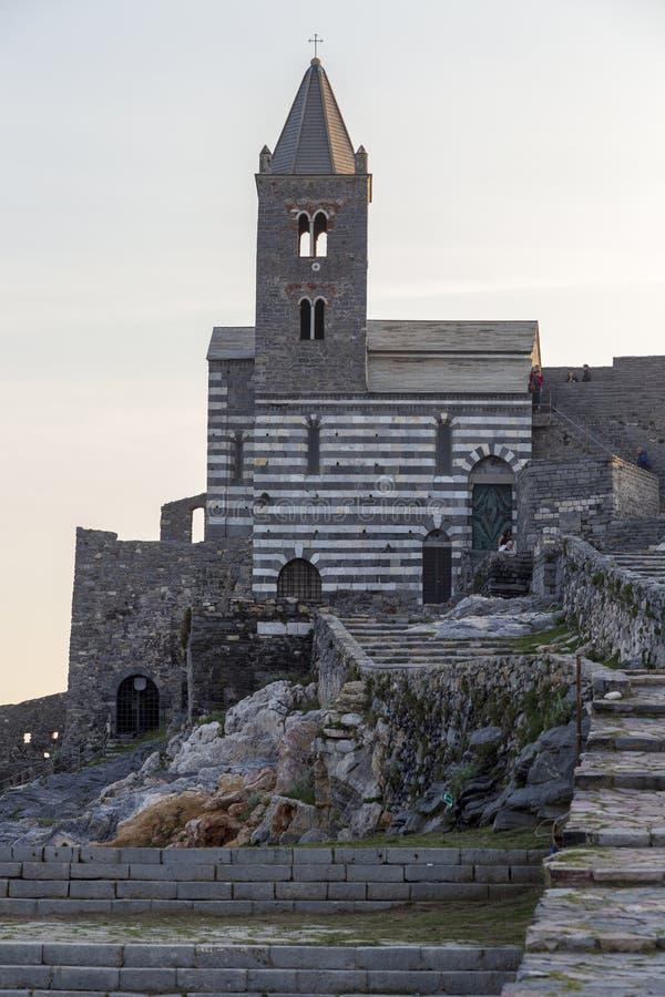 Взгляд церков Сан Pietro на Порту Venere Порту Venere, Италия стоковые изображения