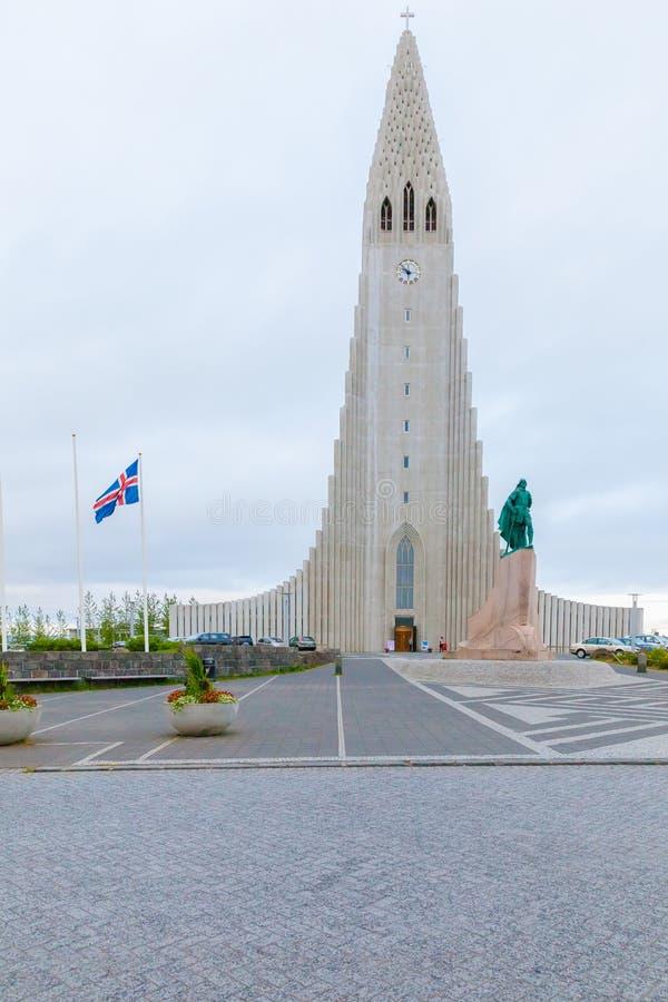 Взгляд церков HallgrImskirkja внешний на заходе солнца стоковая фотография rf