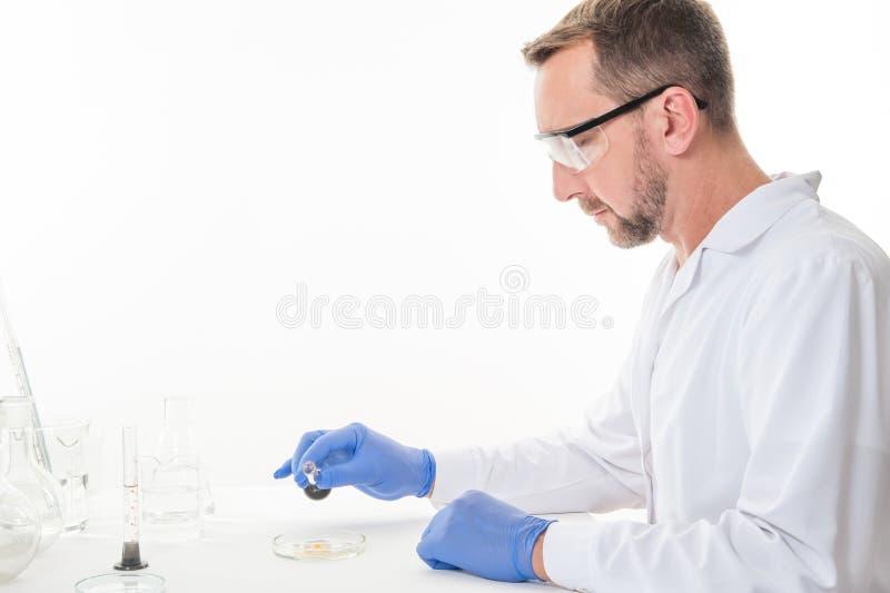 Взгляд человека в лаборатории пока выполнять экспериментирует стоковое изображение