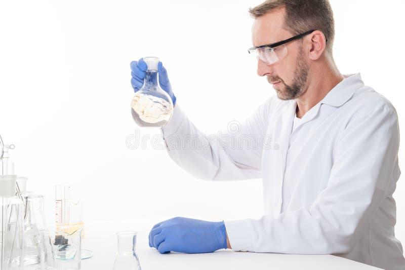 Взгляд человека в лаборатории пока выполнять экспериментирует стоковое фото rf