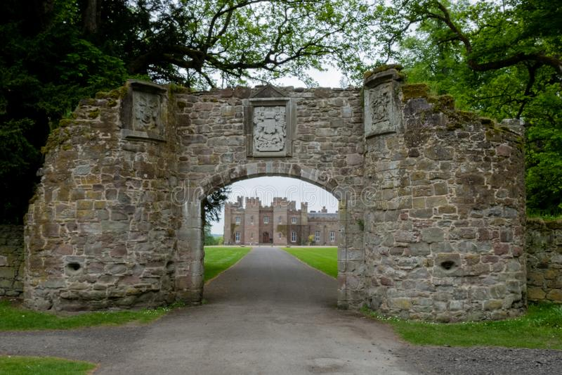Взгляд через каменный строб к дворцу Scone стоковое фото rf