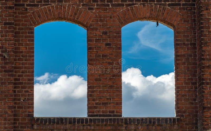 Взгляд через старое окно без стекла на облаках стоковое изображение rf