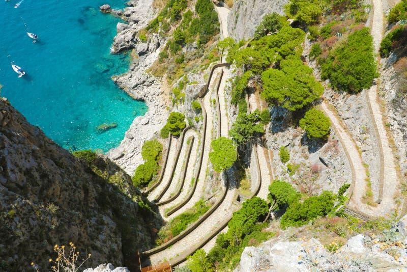 Взгляд через Krupp от садов Augustus спуская к морю Piccola Марины, острову Капри, Италии стоковое изображение rf