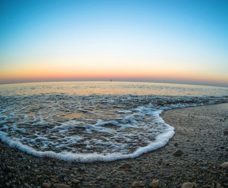 Взгляд Чёрного моря на пляже лужицы в Ялте на береге моря в вечере, в Крыме стоковые изображения