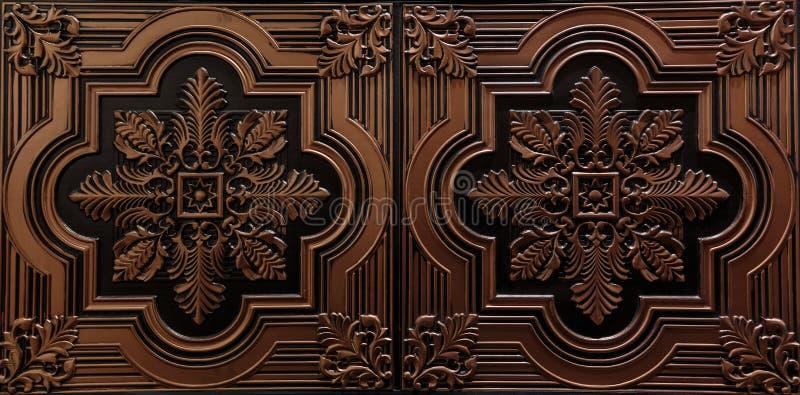 Взгляд шикарного крупного плана изумительный роскошный текстурированного потолка детального, темного коричневого цвета кроет пред стоковые изображения