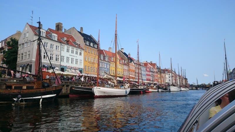 Взгляд шлюпки в Копенгагене Дании стоковое фото rf