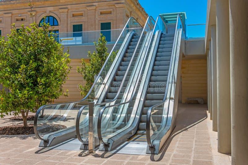 Взгляд эскалатора лестницы нижний на внешней улице во дворе  здания стоковая фотография