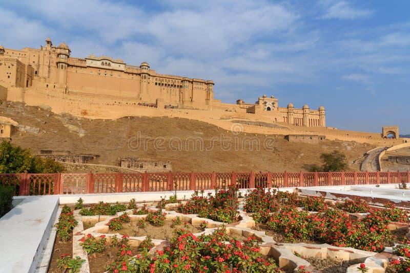 Взгляд янтарных форта и дворца от сада Kesar Kyari Bagh на озере Maotha Раджастхан r стоковые изображения rf