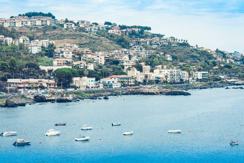 Взгляд Acitrezza от стороны моря Acicastello, Катании, Сицилии, Италии стоковые фотографии rf