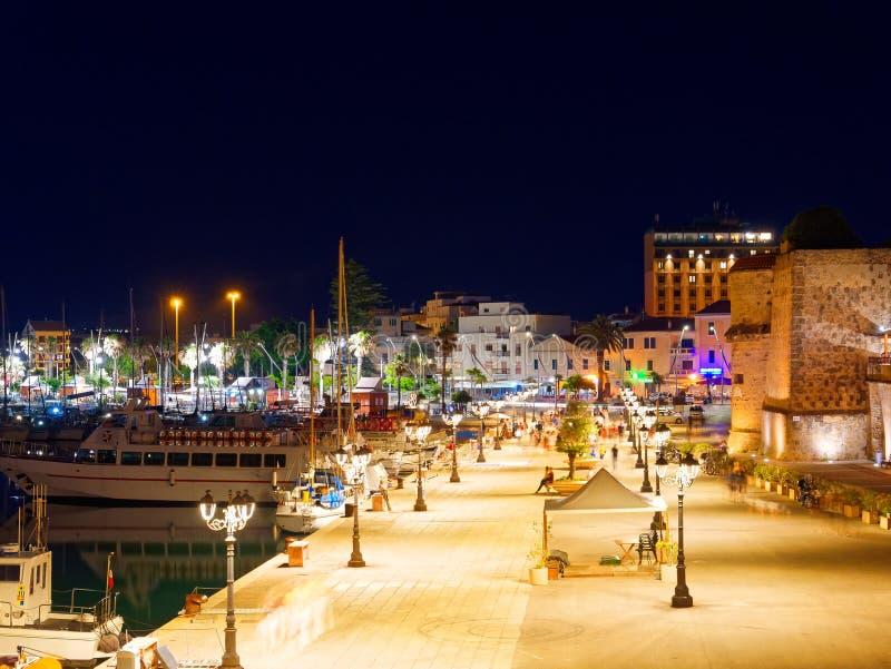 Взгляд alghero на ноче Красивый город живой Сардиния, Италия стоковая фотография