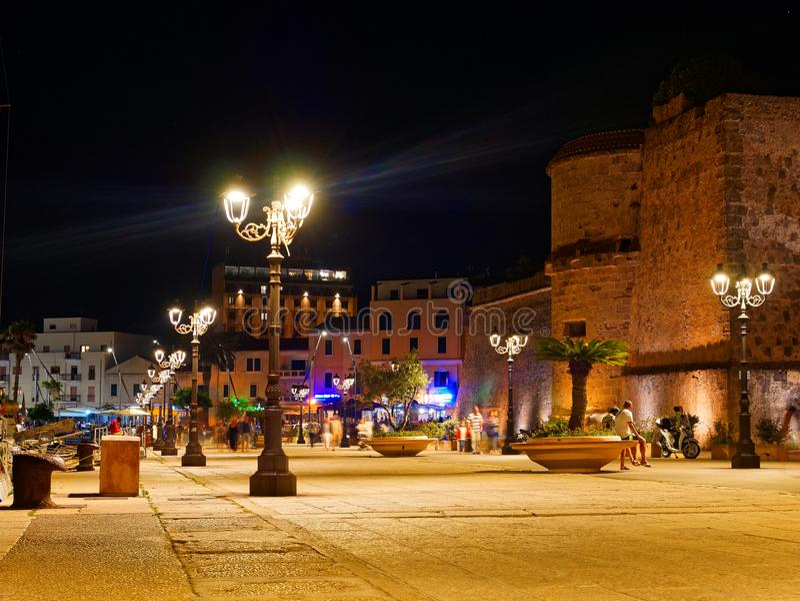 Взгляд alghero на ноче Красивый город живой Сардиния, Италия стоковая фотография rf