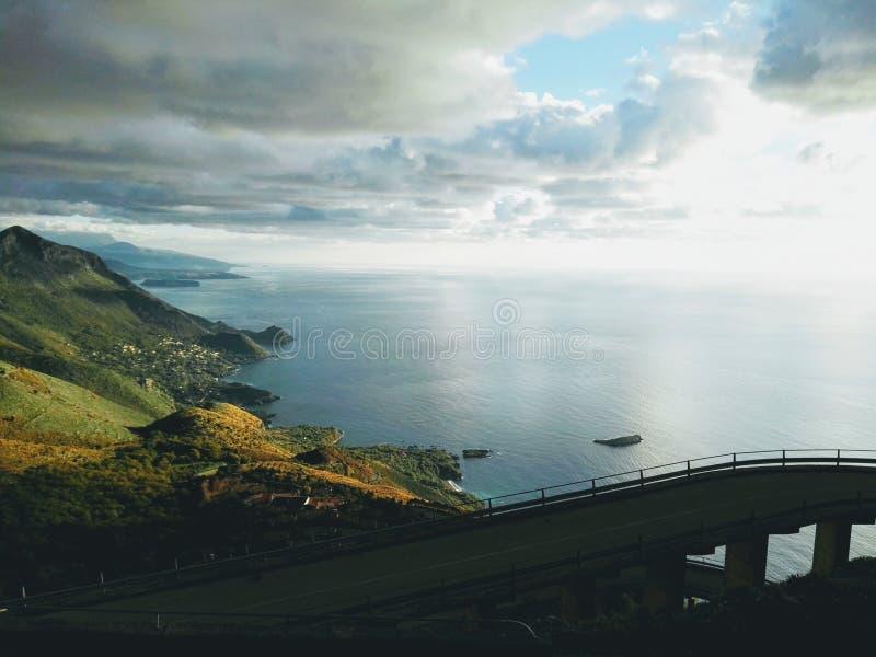 Взгляд Amaizing на море и горах стоковые изображения