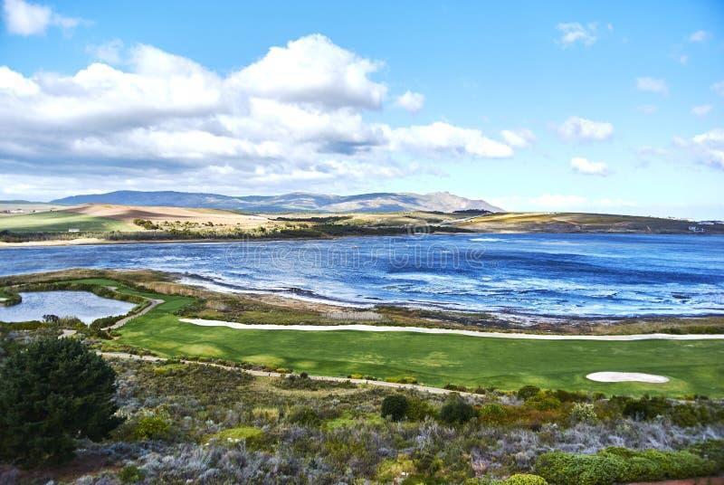 Взгляд arabella поля для гольфа лагуны Botrivier обозревая и mo стоковые фотографии rf