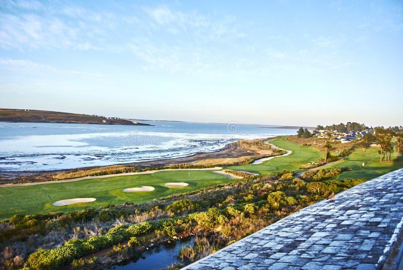 Взгляд arabella поля для гольфа лагуны Botrivier обозревая и mo стоковые изображения