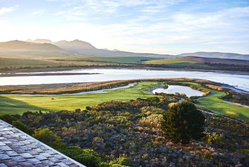 Взгляд arabella поля для гольфа лагуны Botrivier обозревая и mo стоковое изображение rf