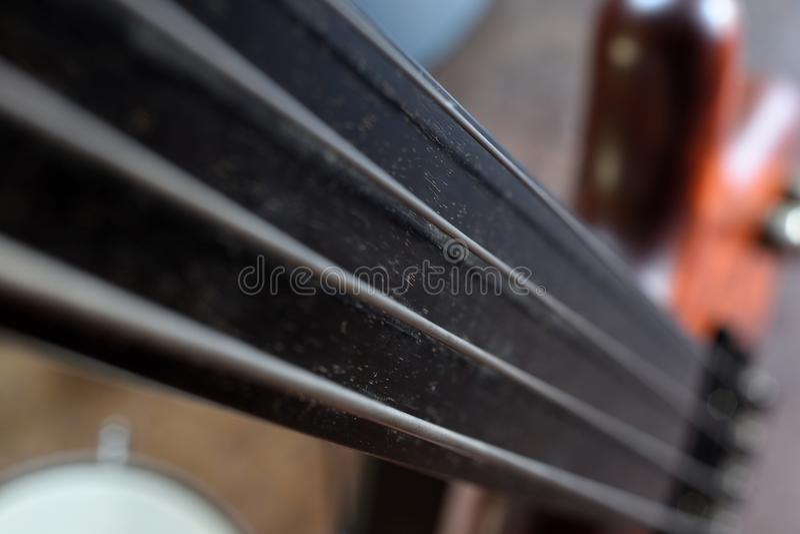 Взгляд ` Bassllines II ` близкий поднимающий вверх винтажной fretless электрической басовой гитары стоковая фотография rf