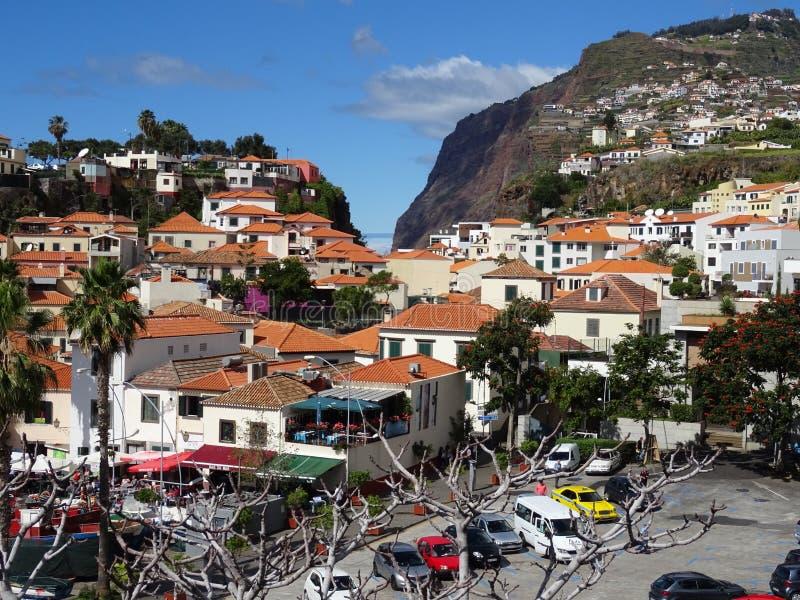 Взгляд Camara de Lobos с Cabo Girao на заднем плане стоковая фотография rf