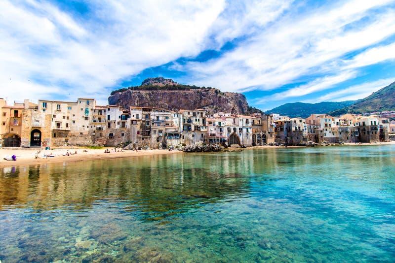 Взгляд cefalu, городка на море в Сицилии, Италии стоковое фото rf