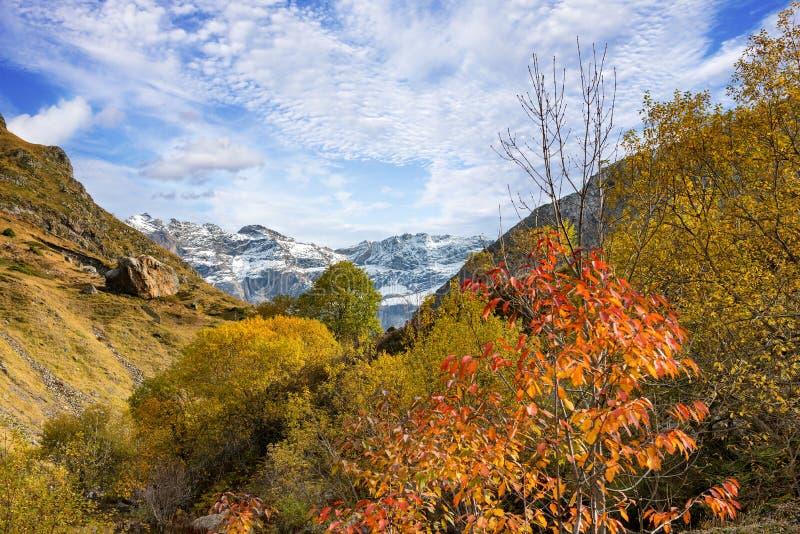Взгляд cirque Troumouse в горах Пиренеи стоковая фотография