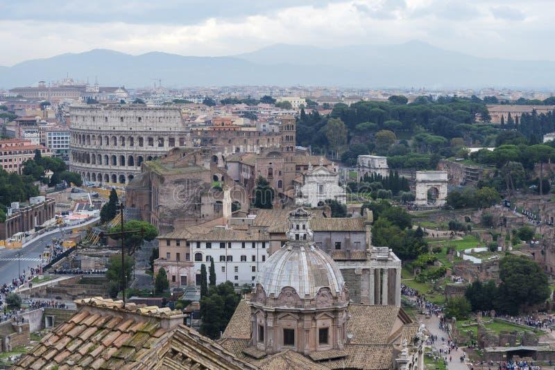 Взгляд Colosseum и Santi Luca e Martina стоковые изображения rf