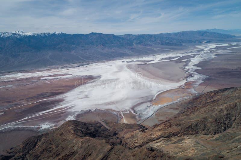 Взгляд Dante в Death Valley Гора и соленая зона в предпосылке стоковое изображение rf