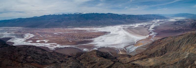Взгляд Dante в Death Valley Гора и соленая зона в предпосылке стоковые изображения