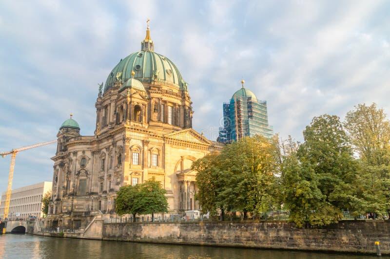 Взгляд Dom берлинца собора Берлина от реки оживления на заходе солнца стоковое изображение rf