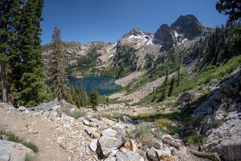 Взгляд Fisheye высокогорного озера вдоль следа заводи озера и утюга Sawtooth в Айдахо на солнечный летний день стоковые изображения