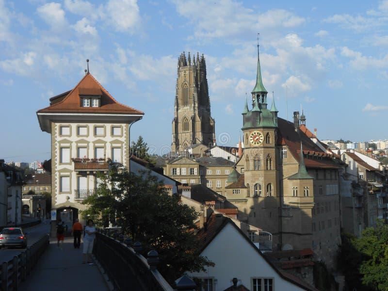 Взгляд Fribourg Швейцарии, с ратушей и башней собора стоковая фотография rf