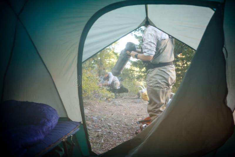 Взгляд from inside через unzipped щиток шатра стоковое фото