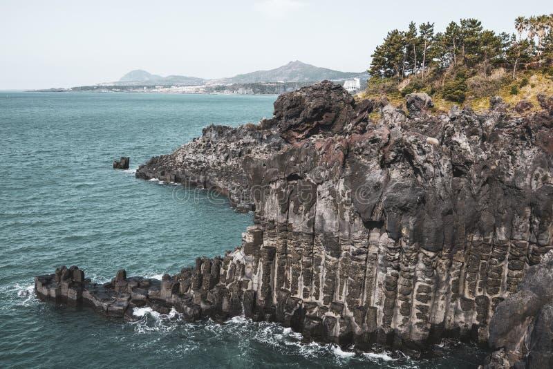 Взгляд Jusangjeollidae Jusangjeolli каменные штендеры сложенные вверх по побережью и обозначенный культурный памятник Jeju стоковые изображения