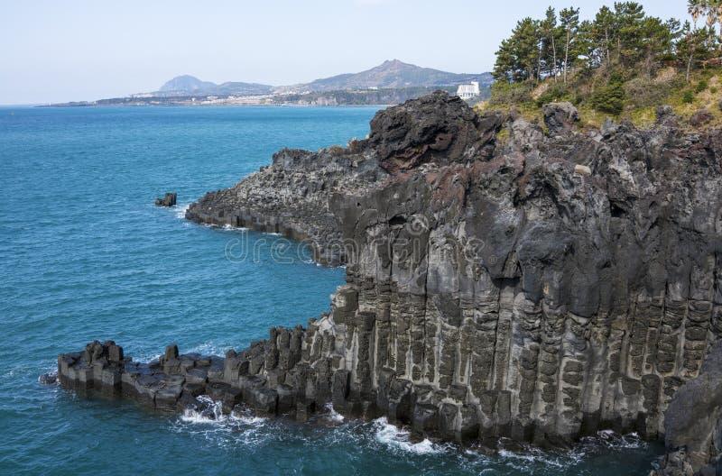 Взгляд Jusangjeollidae Jusangjeolli каменные штендеры сложенные вверх по побережью и обозначенный культурный памятник Jeju стоковое фото rf