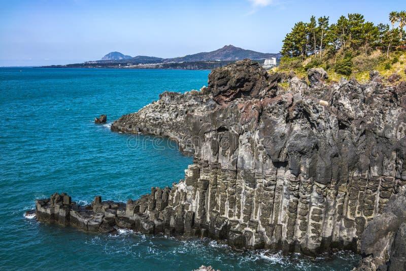 Взгляд Jusangjeollidae Jusangjeolli каменные штендеры сложенные вверх по побережью и обозначенный культурный памятник Jeju стоковые фото
