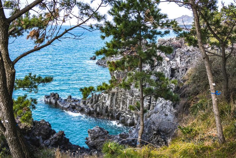 Взгляд Jusangjeollidae Jusangjeolli каменные штендеры сложенные вверх по побережью и обозначенный культурный памятник Jeju стоковое изображение rf