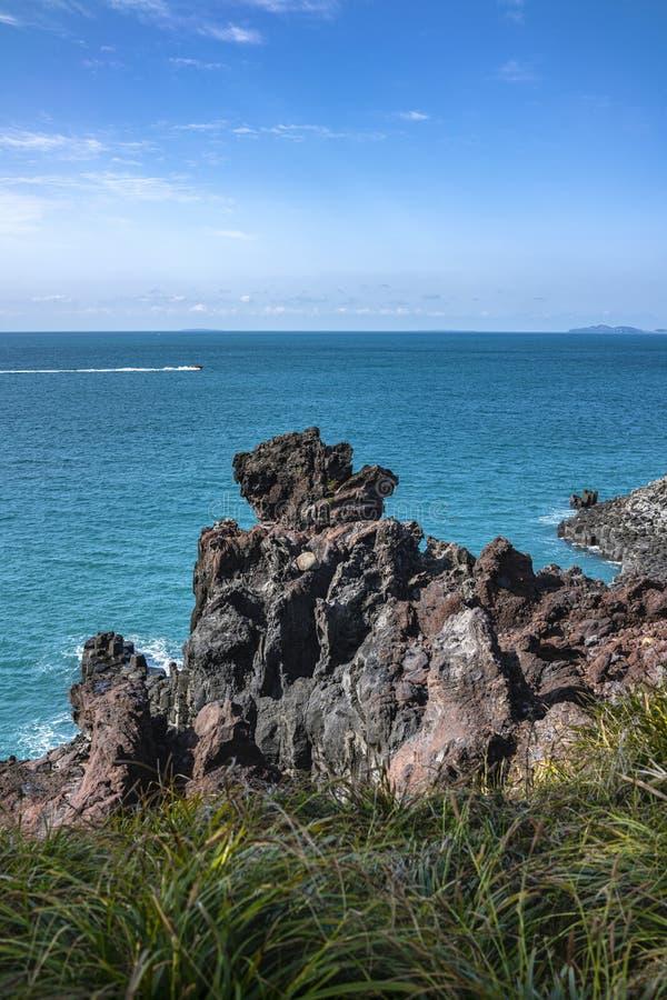 Взгляд Jusangjeollidae Jusangjeolli каменные штендеры сложенные вверх по побережью и обозначенный культурный памятник Jeju стоковые изображения rf