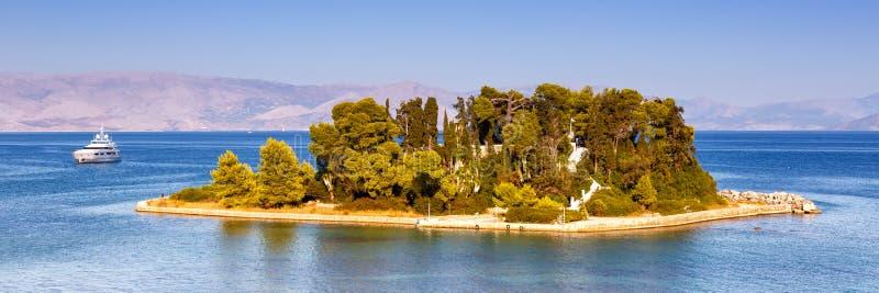 Взгляд Kanoni острова мыши Корфу Греции панорамный путешествуя море стоковое изображение