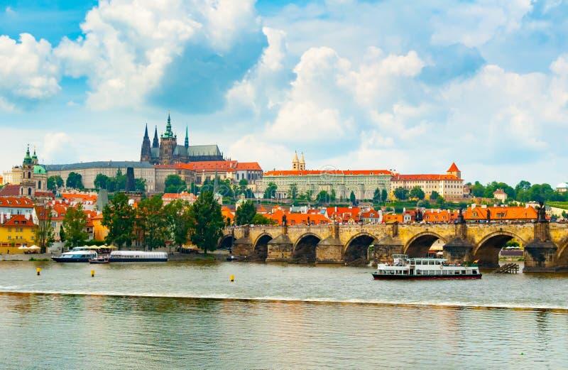 Взгляд Mala Strana и замка Праги с другой стороны реки Влтавы стоковые фотографии rf