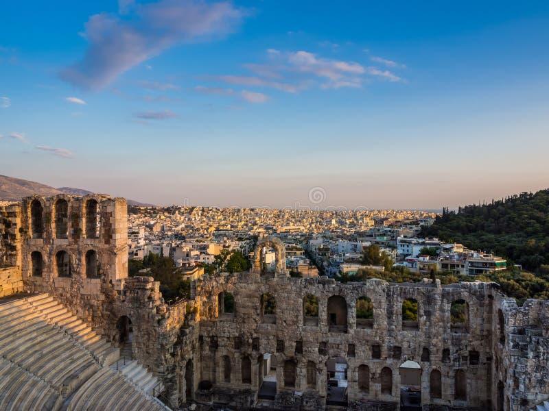 Взгляд Odeon театра Аттика Herodes на холме акрополя, Афина, Греции, обозревая город на заходе солнца стоковое изображение rf