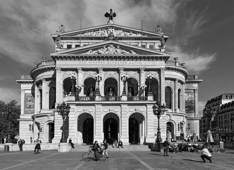 Взгляд oquare оперы и реконструированной деятельности alte дома, или старая опера, Франкфурт-на-Майне, Германия в черно-белом стоковая фотография