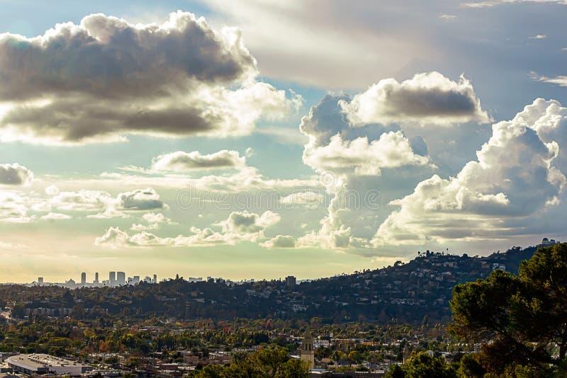 Взгляд Panaramic домов горного склона города и далеких башен Лос-Анджелеса стоковая фотография