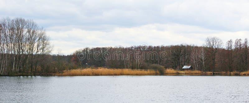 Взгляд Panoramtic к чехословакскому ландшафту с прудом и небольшим домом стоковые изображения