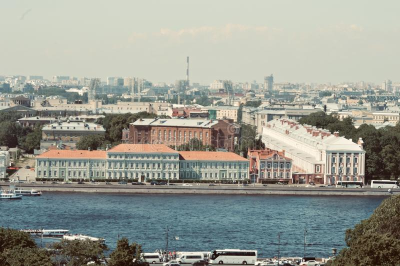 Взгляд Peterburg Святого к обители от изображения стиля башни церков Isaacs винтажного стоковая фотография
