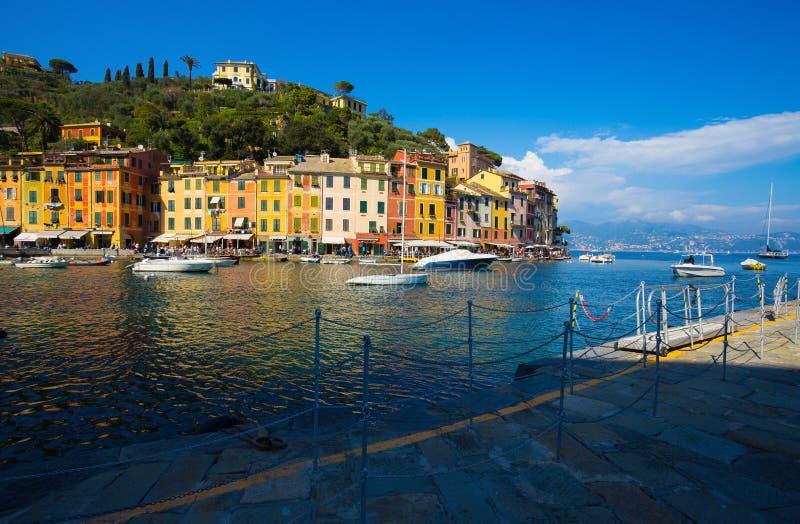 Взгляд Portofino, итальянского рыбацкого поселка, провинции Генуи, Италии Туристское место с живописной гаванью и красочным hous стоковые фотографии rf