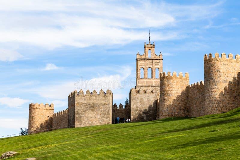 Взгляд Puerta de Кармен и средневековых городских стен окружая город Авила, Испании стоковая фотография