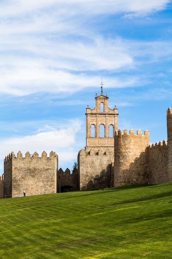 Взгляд Puerta de Кармен и средневековых городских стен окружая город Авила, Испании стоковые изображения rf